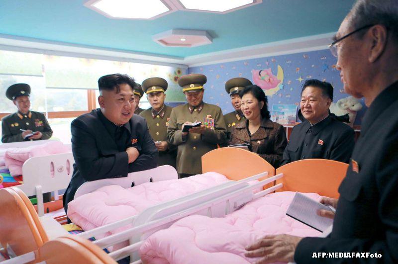 O poza cu Kim Jong-un in vizita la un orfelinat a ingrozit internetul. Ce tinea in mana liderul nord-coreean