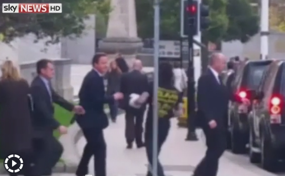 Momentul in care premierul britanic, David Cameron, e impins de un barbat in Leeds. VIDEO