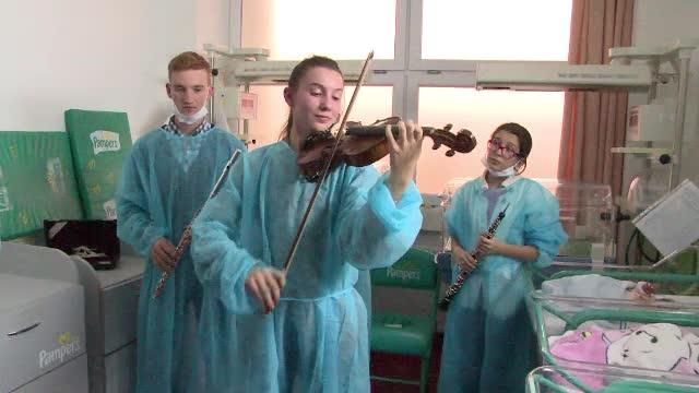 Concert de muzica de Mozart si Beethoven pentru bebelusii nascuti prematur. Initiativa medicilor din Baia Mare