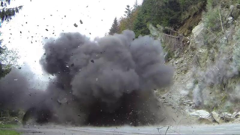 Bubuitura puternica si tone de stanca aruncate in aer, pe Transfagarasan. Explozie controlata efectuata de pirotehnisti