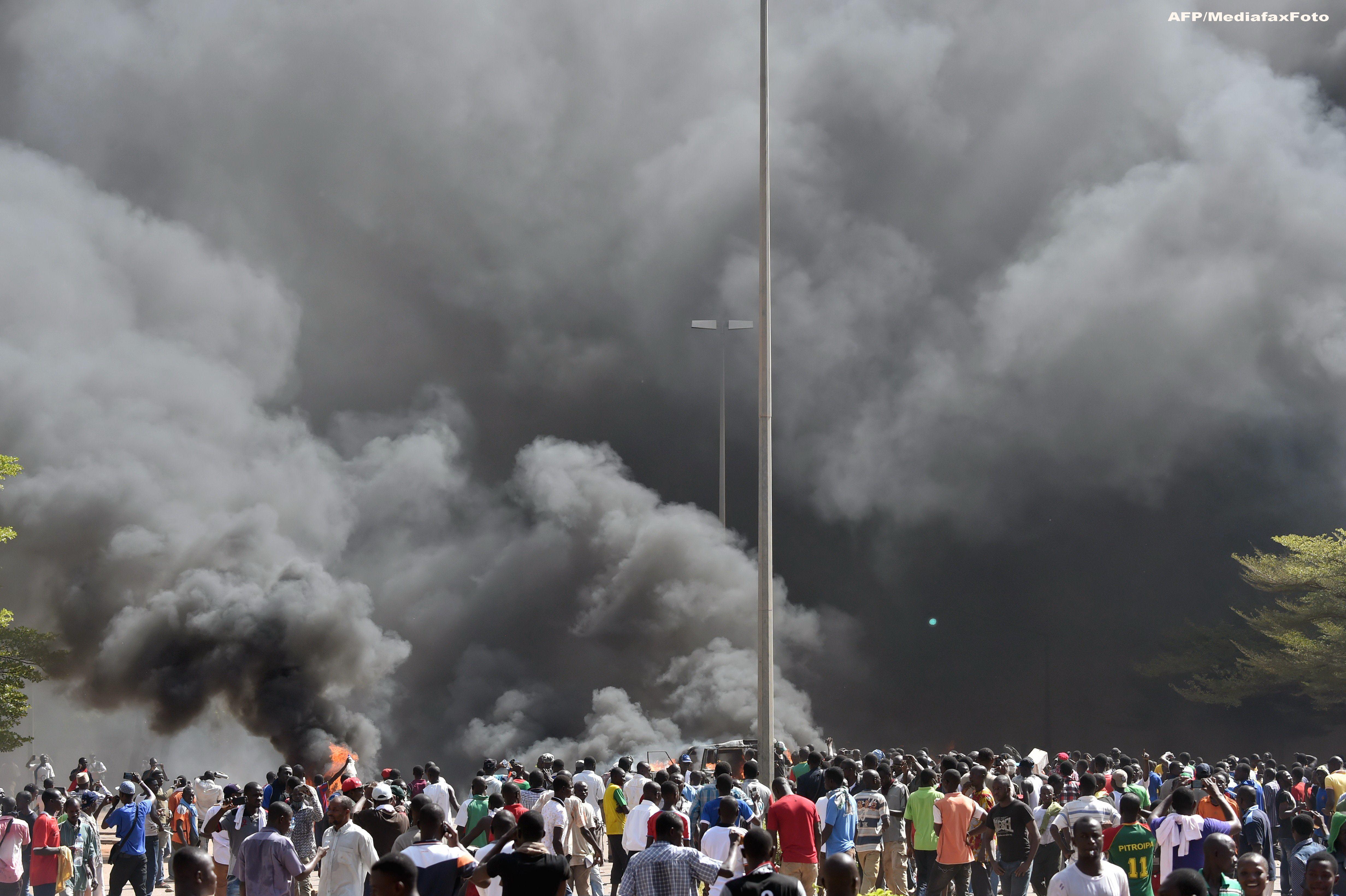 Protestele din Burkina Faso, in IMAGINI. Populatia furioasa a incendiat sediile Parlamentului si Guvernului
