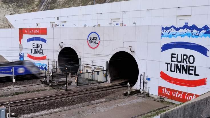 Traficul in tunelul de sub Canalul Manecii, intrerupt 8 ore, dupa intrarea unui grup mare de imigranti.