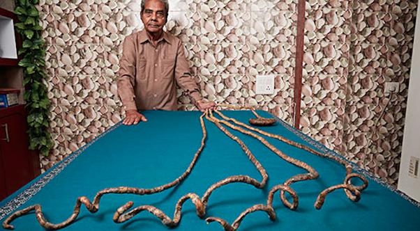 Barbatul cu cele mai lungi unghii din lume: nu si le-a mai taiat de 62 de ani si a intrat in Cartea Recordurilor. FOTO