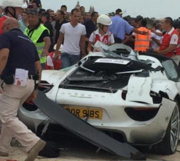Patru persoane, ranite grav la un raliu din Malta. Un milionar a pierdut controlul unui Porsche si a plonjat in multime