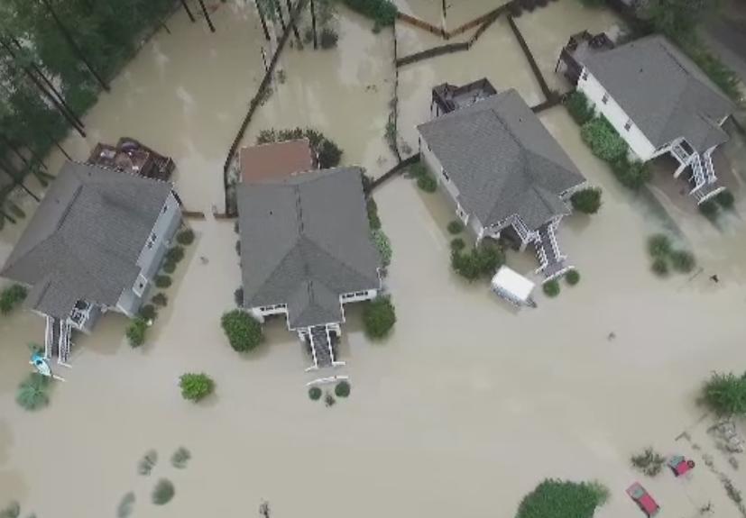 Urmarile devastatoare ale inundatiilor din Carolina de Sud: sicrie scoase la suprafata de apa si case pradate de hoti