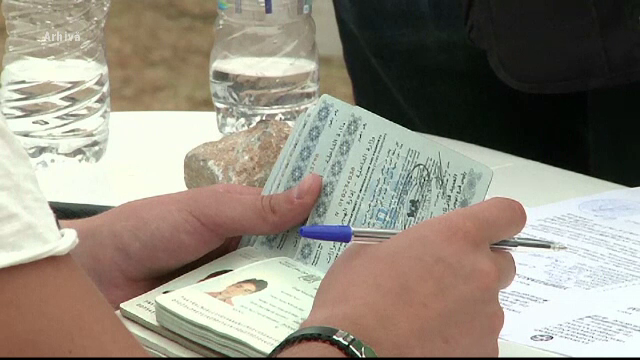 Buletine si pasapoarte false pentru imigranti, gasite la Serviciul de Evidenta a Populatiei Dambovita