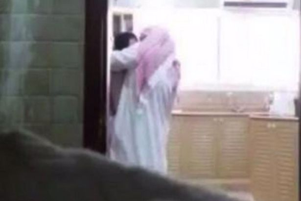 Si-a filmat sotul in timp ce o insela cu menajera. Acum, femeia risca sa ajunga la inchisoare pentru ce a facut. VIDEO