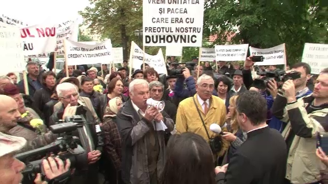Protest la Arhiepiscopie, dupa ce un preot a fost mutat disciplinar in alta localitate.