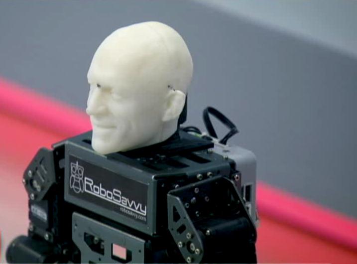 iLikeIT. Un robot de lupta, modificat ca sa danseze pe coregrafia lui Beyonce, a ajuns in studioul Stirilor ProTV