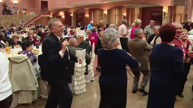 Dansul nu are varsta. Peste 2.000 de pensionari din Targu Mures s-au distrat la un bal, intr-un restaurant