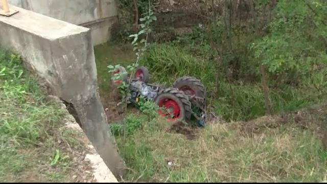 O femeie din Suceava a supravietuit miraculos dupa ce s-a rasturnat cu tractorul intr-o rapa. Medic: