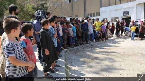 Decapitati si crucificati de Statul Islamic, in fata unui grup de copii. Fotografiile aparute in weekend sunt terifiante