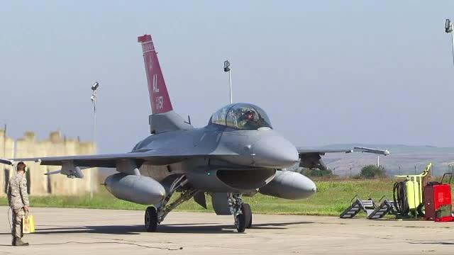 Spectacol cu avioane F16, pilotate de americani, la Campia Turzii. Ministrul Apararii si ambasadorul SUA, 40 de minute in aer