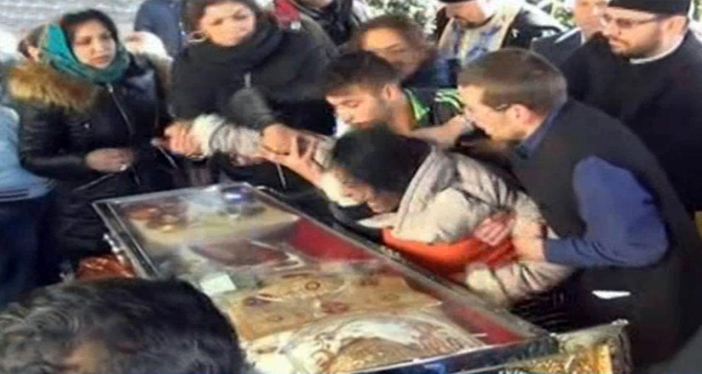 Ritual de exorcizare la pelerinajul Cuvioasei Parascheva. Imaginile socante au ajuns in presa britanica. VIDEO