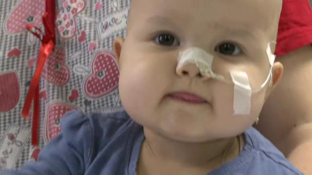 Cecilia, fetita de 1 an bolnava de cancer, a scapat de transplant. Medicii de la Fundeni au reusit sa-i extirpe tumoarea