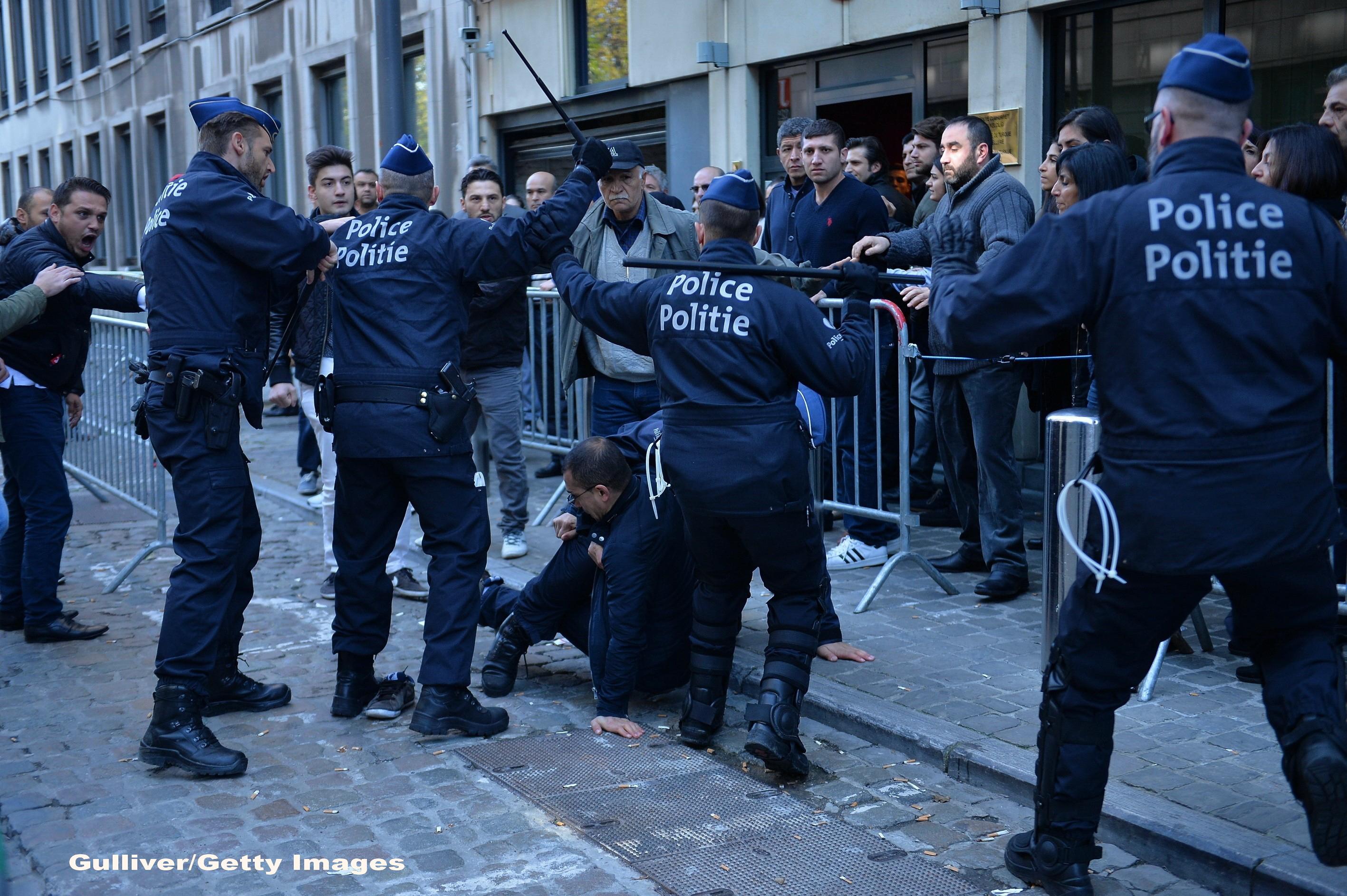 Politia din Turcia a luat cu asalt sedii ale unor firme de media,