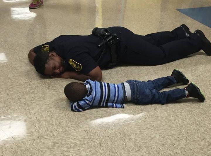 Momentul in care o politista consoleaza un baietel trist, culcat la podea. Ce s-a intamplat dupa cateva minute