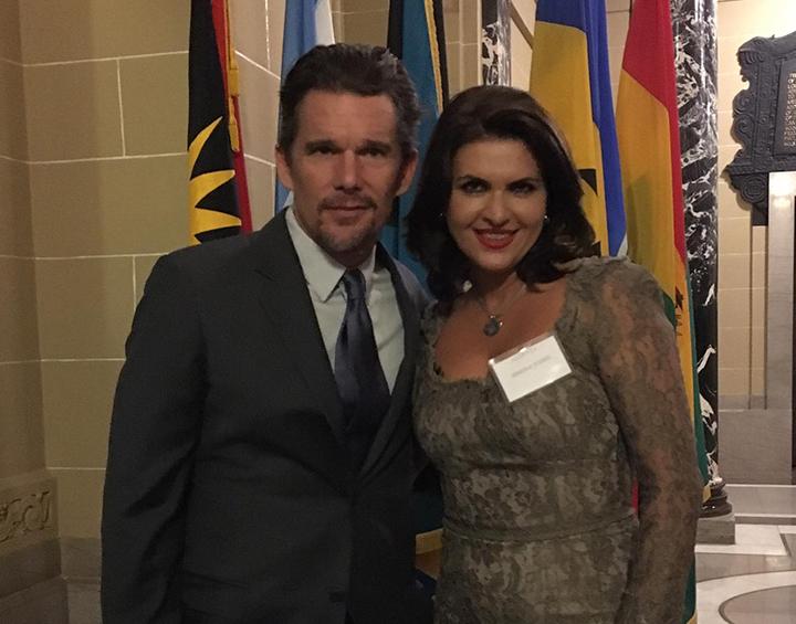 Un politician din Romania divorteaza iar sotia lui se pozeaza cu Ethan Hawke.
