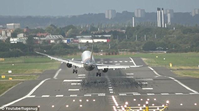 Momentul in care un Airbus A321 rateaza prima aterizare pe aeroportul din Birmingham din cauza vantului puternic din lateral