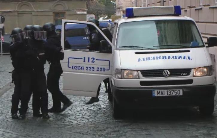 Mai multe persoane luate ostatice la Palatul Dicasterial din Timisoara, in cadrul unei simulari a jandarmilor. Cum a decurs