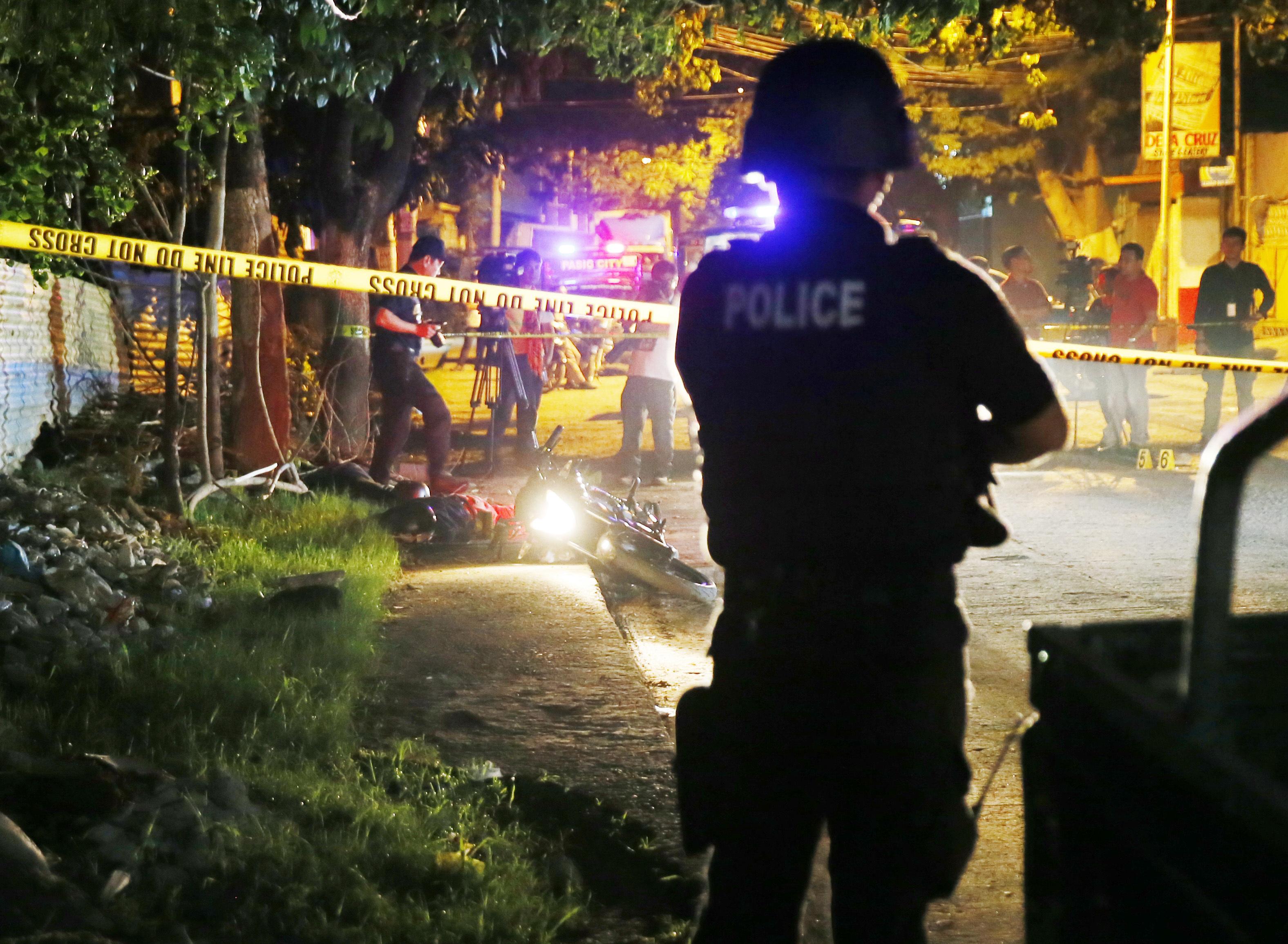 Victima inocenta a razboiului impotriva drogurilor din Filipine. O fetita zace, impuscata, pe strada, langa papusa ei Barbie