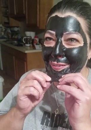 Momentul in care o femeie isi indeparteaza masca faciala, iar durerile sunt ingrozitoare. Cum arata. VIDEO
