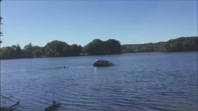 Salvata de cativa trecatori, dupa ce a cazut cu masina intr-un lac. Femeia a incurcat frana cu acceleratia