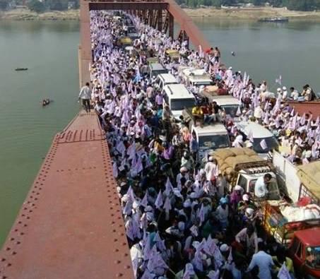 Busculada uriasa la o sarbatoare hindusa din India. 24 de oameni au murit pe un pod supraaglomerat. VIDEO