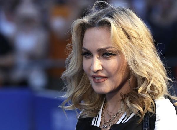 Madonna a confirmat adoptia unor gemene din Malawi si a publicat o fotografie cu ele.