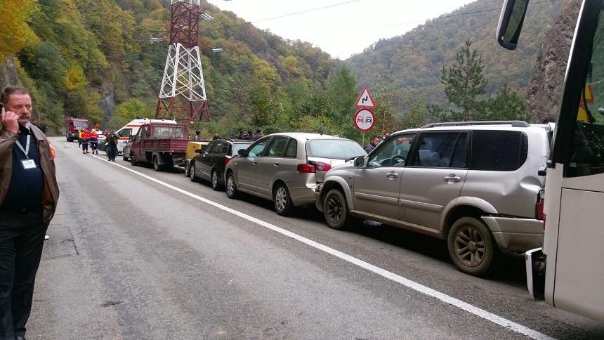 Sapte masini implicate intr-un accident in lant pe Valea Oltului. Doua persoane au fost ranite. Circulatia, ingreunata. FOTO