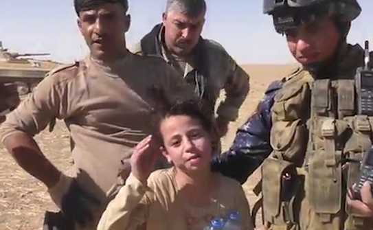 Momentul emotionant in care o fetita rapita de jihadisti este salvata de soldati, in Irak.