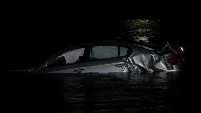 Doua tinere au ajuns cu masina in raul Olt, dupa ce au lovit un cap de pod. Gestul care le-a salvat viata