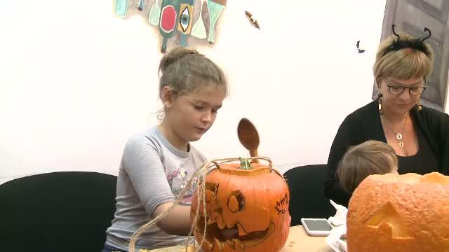 Petrecerile tematice de Halloween pot fi inlocuite cu atelierele de sculptat dovleci.