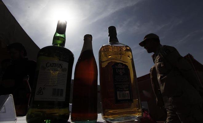 Cel putin 11 pakistanezi au murit la o petrecere, dupa ce au baut alcool contrafacut. Politia a declansat o ancheta