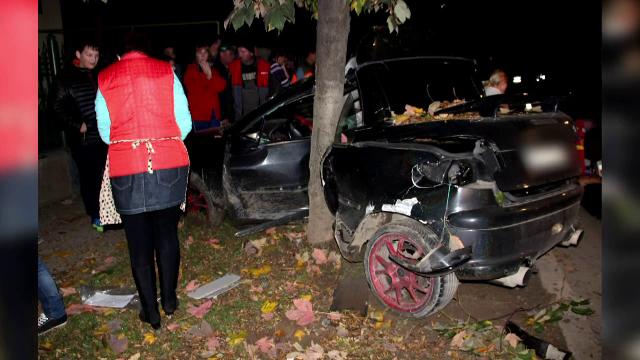 Moarte suspecta, dupa ce un barbat a intrat cu masina intr-un copac. Barbatul a decedat, iar pasagerul e in stare grava
