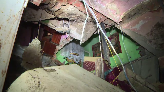 """Tavanul unui apartament s-a prăbușit în Lupeni. Primar: """"Nu am mai găsit fier beton, a fost furat"""""""