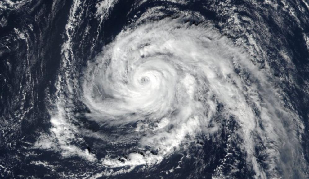 Ophelia a devenit uragan de categoria 3. Rafale de 185 km/h ameninţă Irlanda