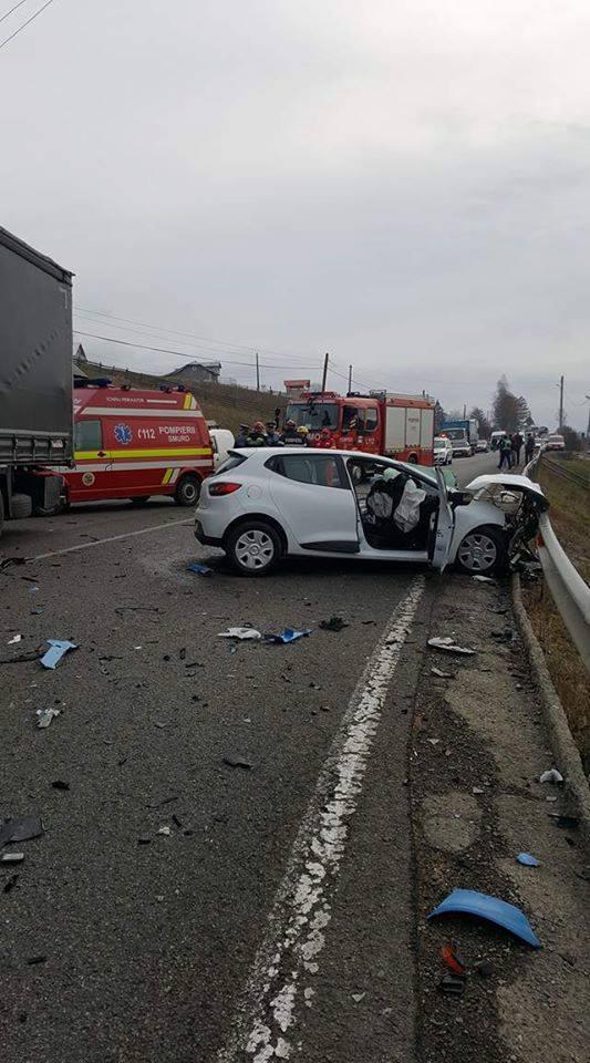 Accident pe DN 17: Șofer rănit, după ce a pătruns pe contrasens și a izbit un TIR