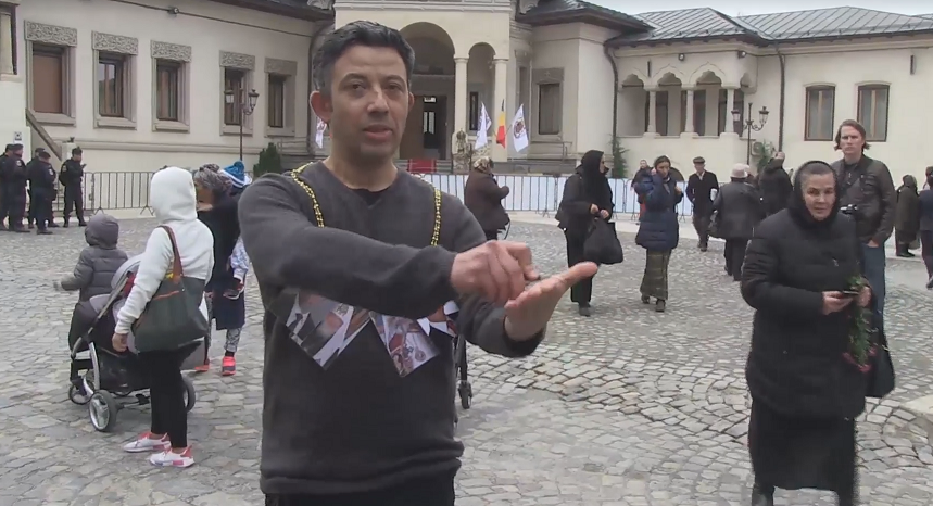 Protest şocant al unui regizor român, cu prilejul vizitei Patriarhului Kiril al Rusiei
