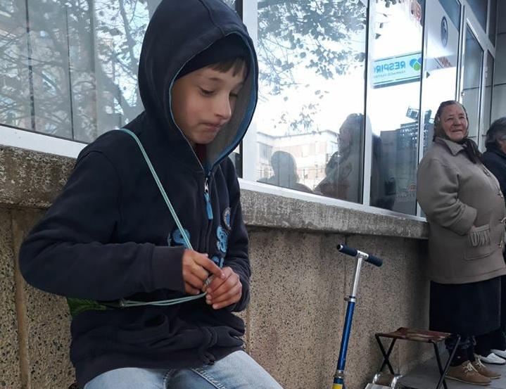 Autorităţile din Mioveni, precizări despre băiatul care-şi vindea jucăriile pe trotuar