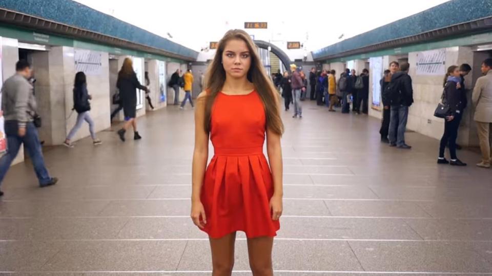 O tânără și-a ridicat fusta în fața oamenilor, în locuri aglomerate. Motivul experimentului. VIDEO