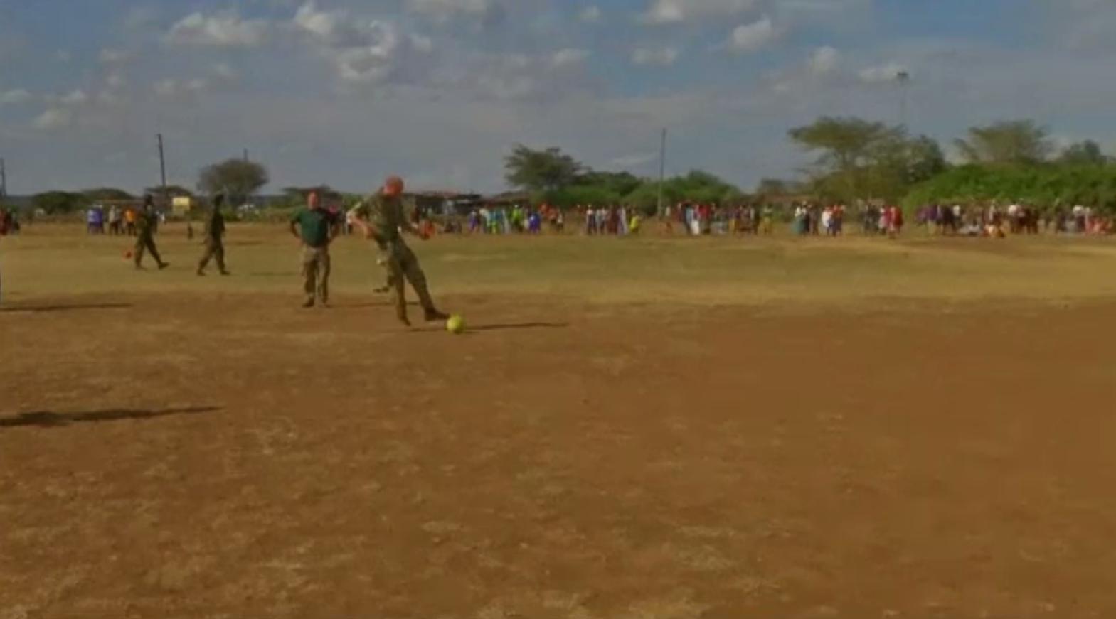 Prințul William a jucat fotbal în timpul vizitei efectuate în Kenya