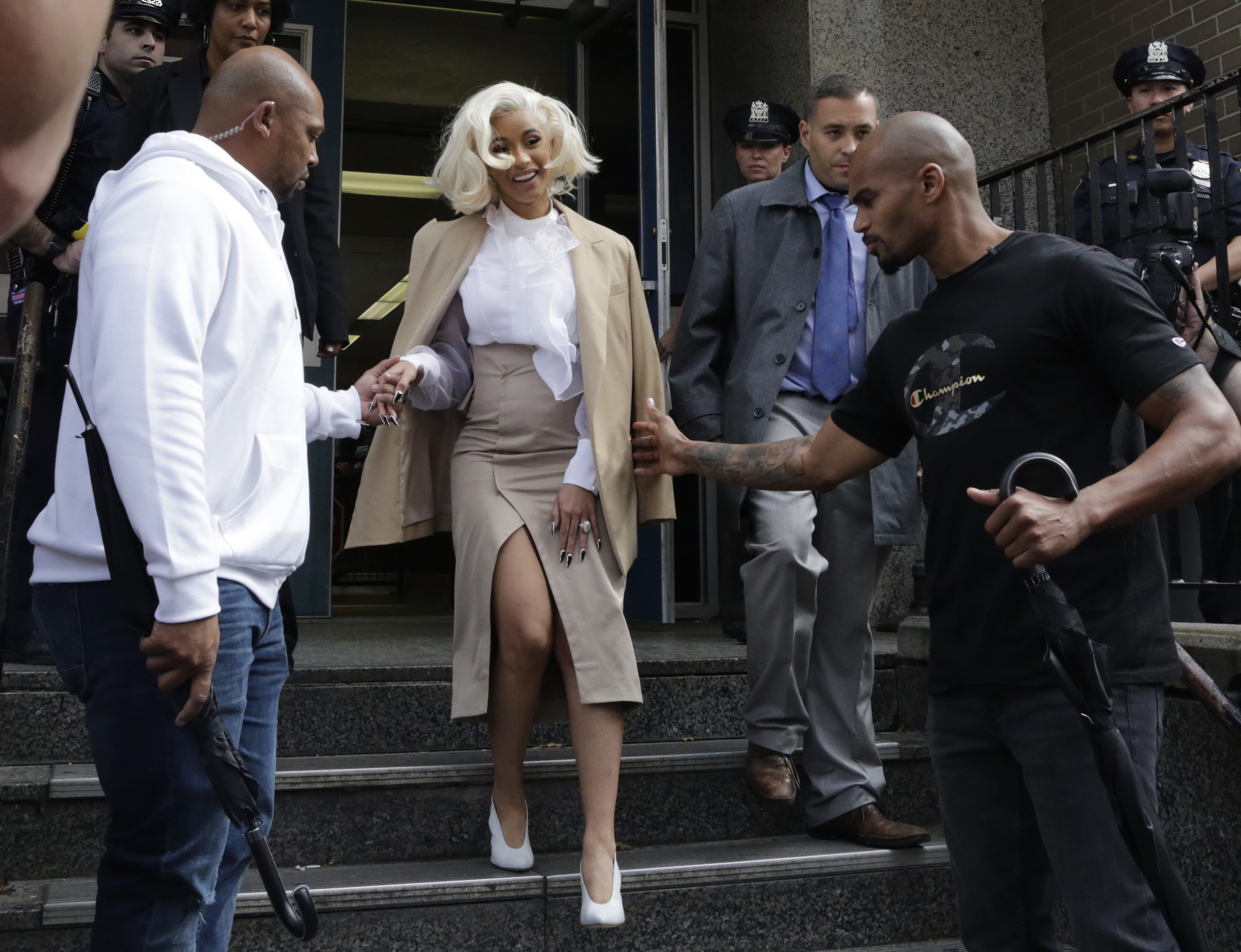 """Cardi B s-a """"predat"""" la poliție, după o bătaie într-un club de noapte din New York"""