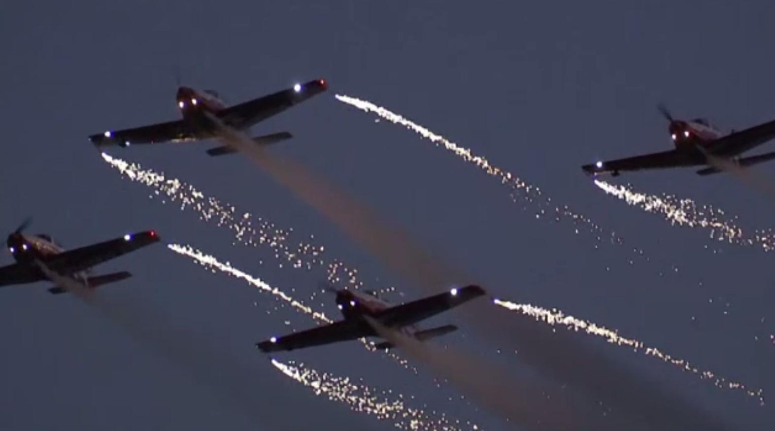 Show aviatic impresionant organizat în China. Avioanele au eliberat scântei pe cer