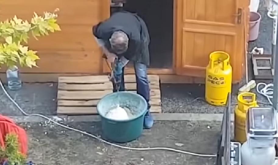 Filmat în timp ce amesteca cu bormaşina aluatul pentru plăcinte, la Festivalul Castanelor din Baia Mare