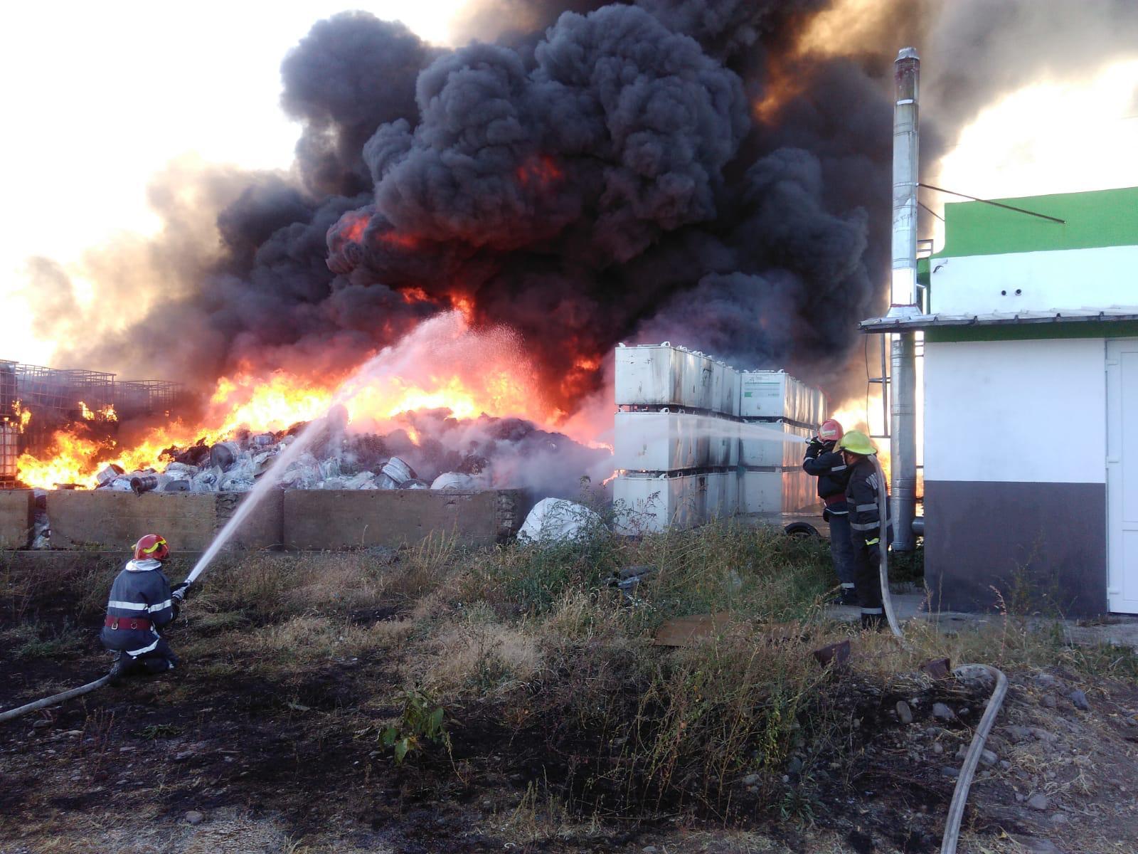 Incendiu puternic la un punct de colectare mase plastice