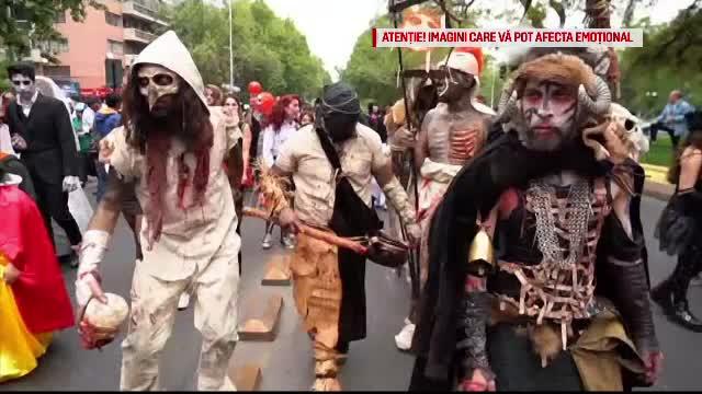 Monștri și zombie pe străzile din Santiago de Chile