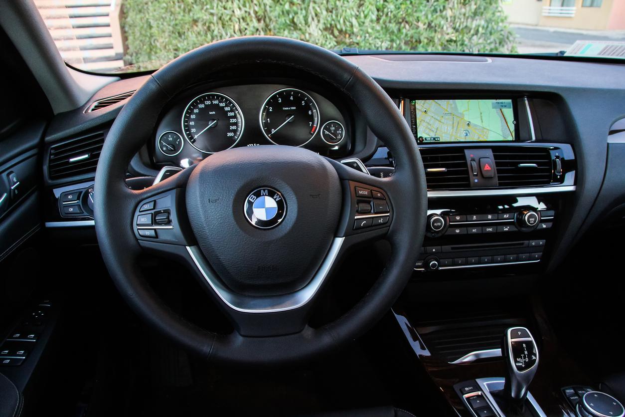 BMW, vândut de Fisc cu 2.804 lei. Cât costă două mașini Dacia Logan. FOTO