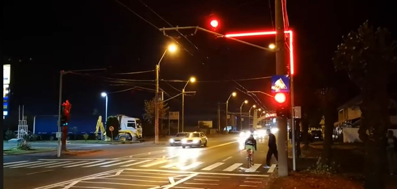 Primul oraș din România care are semafoare cu leduri pe arcade. VIDEO