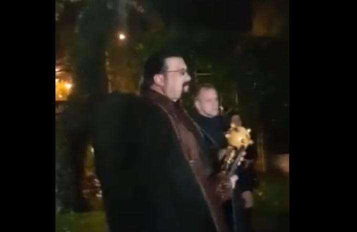 Steven Seagal, implicat într-o ceremonie neobişnuită în Rusia, cu un buzdugan şi un bici. VIDEO